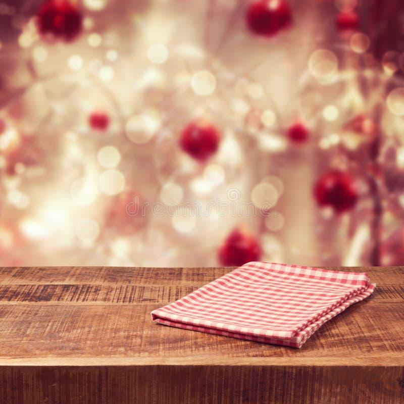 Bożenarodzeniowy wakacyjny tło z pustym drewnianym stołem i tablecloth zdjęcia royalty free