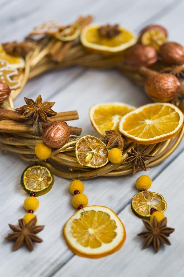 Bożenarodzeniowy wianek lub nowego roku wianek robić złote gałąź, orzechy włoscy, kije cynamon, kwiaty badian i anyż, wysuszony o zdjęcia stock