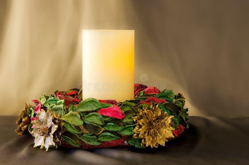 Bożenarodzeniowy wianek z jeden świeczką obrazy stock