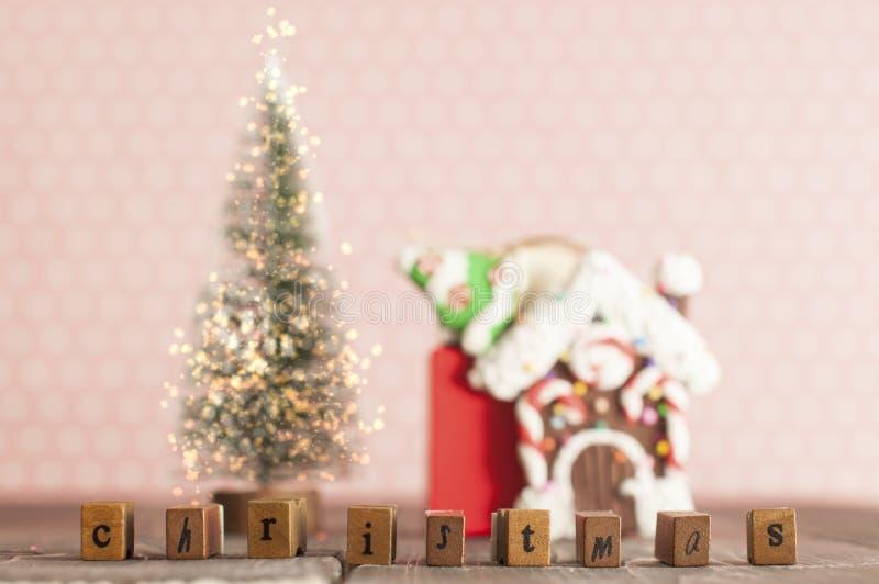 Bożenarodzeniowy wiecznozielony drzewo z światłami, piernikowym domem, słów bożymi narodzeniami i prezentami, obraz royalty free