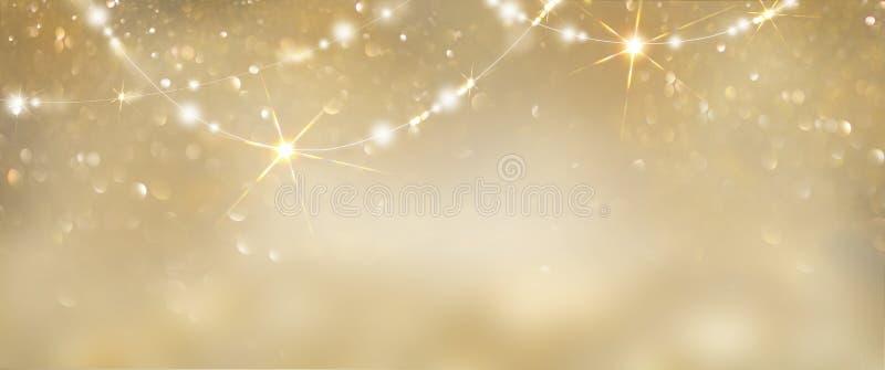 Bożenarodzeniowy złoty rozjarzony tło Wakacyjnej abstrakcjonistycznej błyskotliwości defocused tło z mruganie girlandami i smołam zdjęcia royalty free