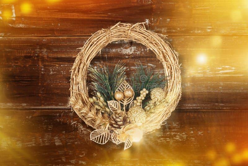 Bożenarodzeniowy złoty wianek na starym abstrakcjonistycznym tle fotografia royalty free