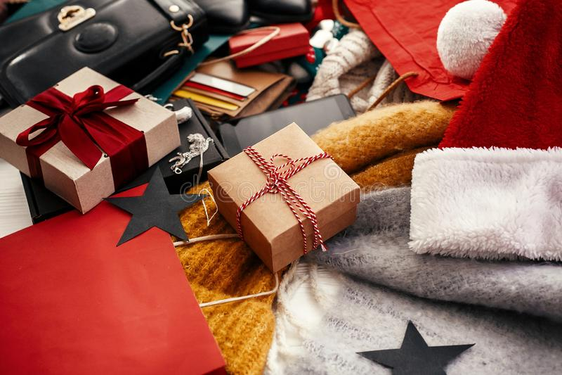 Bożenarodzeniowy zakupy i sezonowa sprzedaż Prezenta pudełko, karty kredytowe, mo obraz royalty free