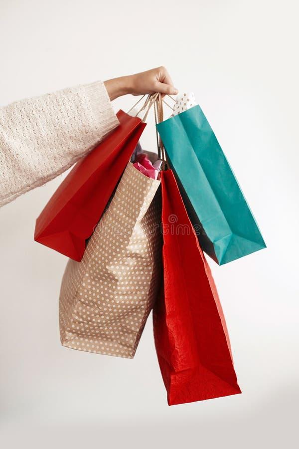 Bożenarodzeniowy zakupy i sezonowa sprzedaż Szczęśliwy dziewczyny mienia colorfu zdjęcia stock