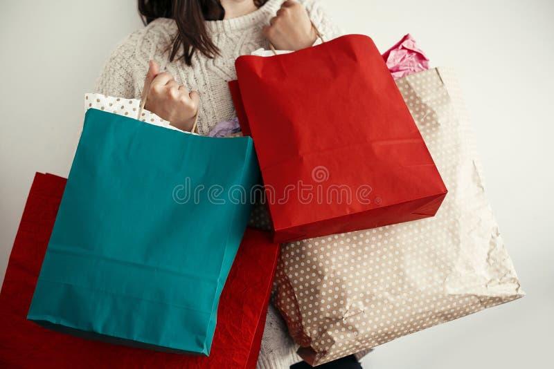 Bożenarodzeniowy zakupy i sezonowa sprzedaż Szczęśliwy dziewczyny mienia colorfu zdjęcie stock