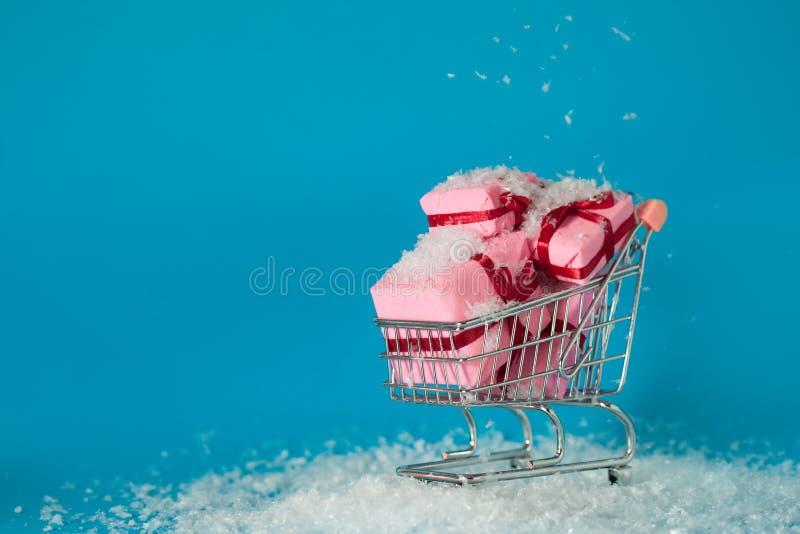 Bożenarodzeniowy zakupy na miejscu Szuka dla Bożenarodzeniowych prezentów dla całej rodziny, pojęcie wózek na zakupy foluje preze obrazy royalty free