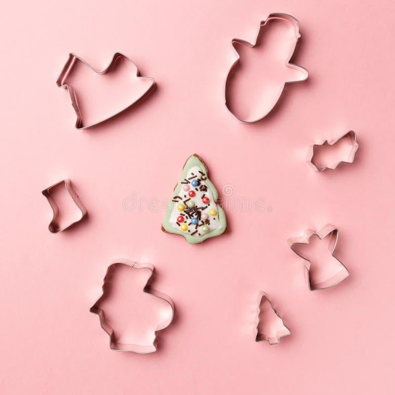 Bożenarodzeniowych ciastek kształta różnorodny krajacz na różowym tle Odg?rny widok Mieszkanie nieatutowy Modna kolorowa fotograf zdjęcie royalty free