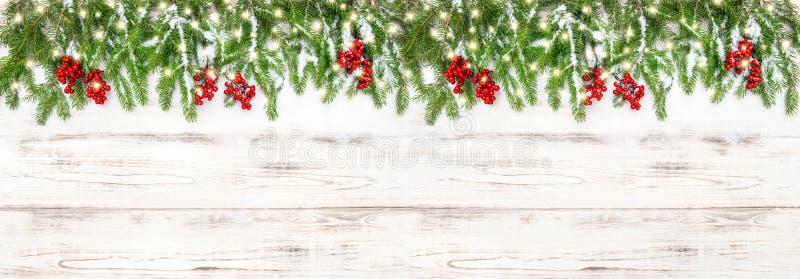 Bożenarodzeniowych dekoracj czerwonych jagod świateł wakacji złoty sztandar zdjęcia royalty free