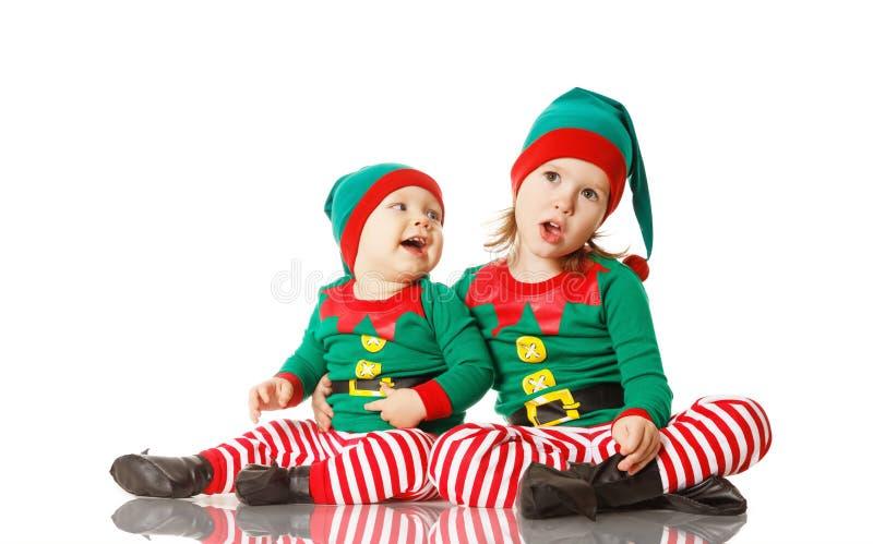 Bożenarodzeniowych pojęcia dwa dzieci rozochocony elf odizolowywający obraz stock