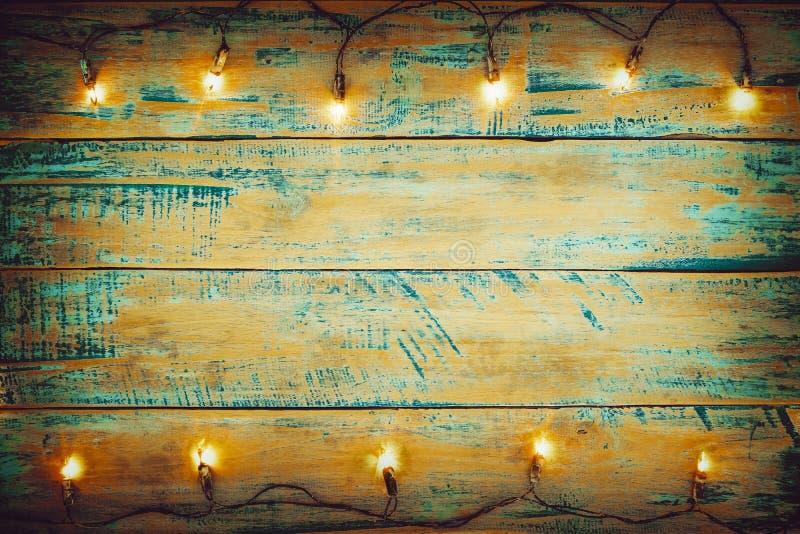 Bożonarodzeniowe światła żarówka na drewno stole Wesoło bożych narodzeń xmas tło zdjęcia stock