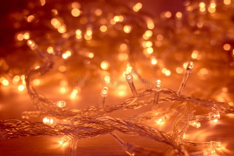 Bożonarodzeniowe Światła żarówki światła girlanda Zamazujący Dowodzony tło zdjęcia stock