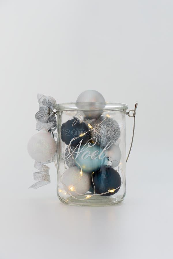 Bożonarodzeniowe Światła, biel, srebro i Błękitne piłki w Szklanym słoju, zdjęcia stock