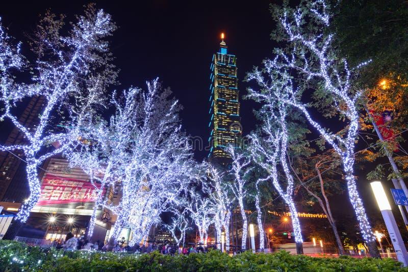 Bożonarodzeniowe światła jarzą się przed Taipei 101 buduje przy nocą w Xinyi Anhe okręgu obrazy royalty free