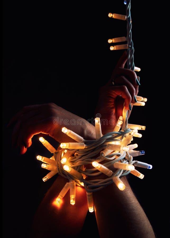 Bożonarodzeniowe światła na rękach dziewczyna zdjęcie royalty free