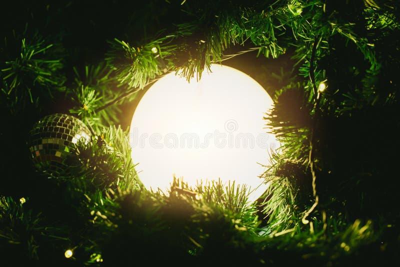 Bożonarodzeniowe światła piłka wśrodku drzewnego magicznego cud nocy pojęcia zdjęcia stock