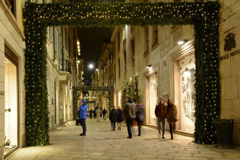 Bożonarodzeniowe światła przez przy della Spiga, Mediolan, Włochy obraz stock