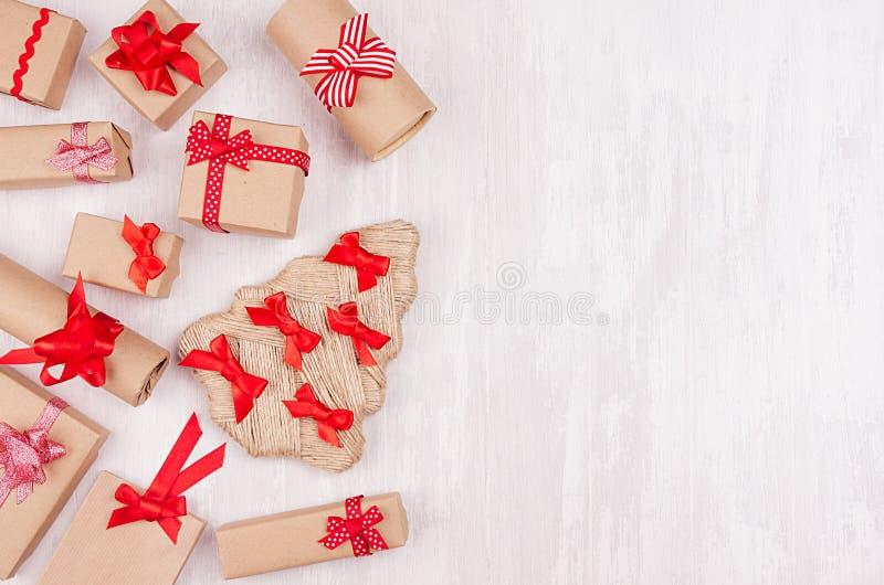 Bożonarodzeniowe światła tło dla teksta, projekta i faborków twój, - granica świąteczni prezentów pudełka z czerwień łękami na mi zdjęcie royalty free