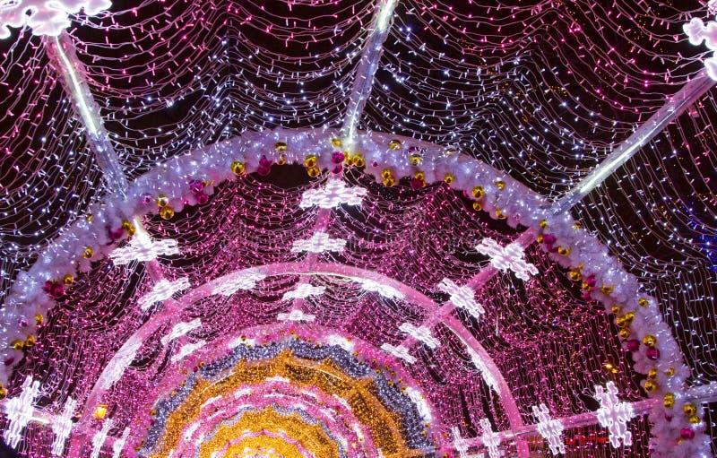 Bożonarodzeniowe światła tunel w ulicie zdjęcia stock