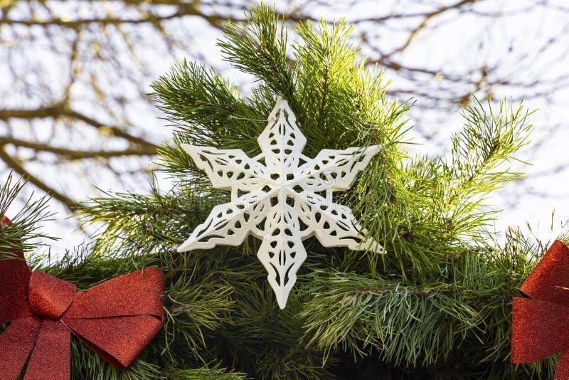 Bożonarodzeniowe boisko na targach bożonarodzeniowych zewnętrzna symetria świąteczna dekoracja białej gwiazdy między czerwonymi ł zdjęcie royalty free