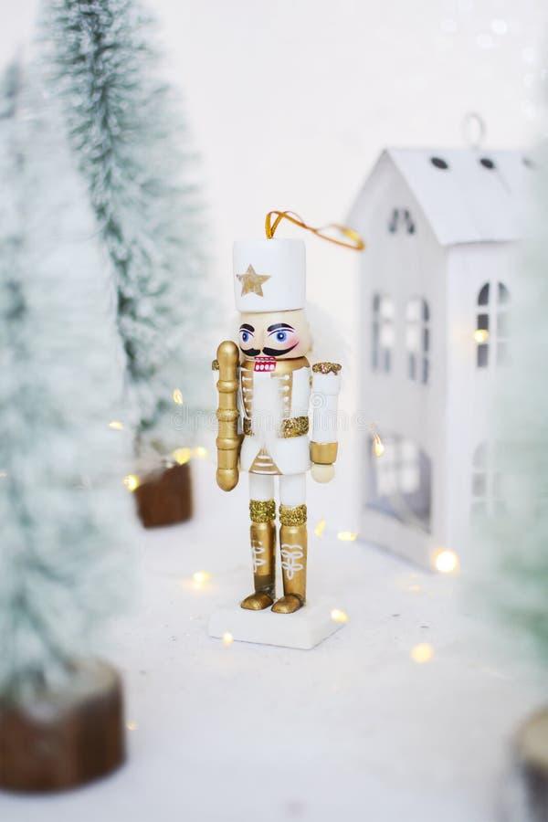 Bożonarodzeniowy ornament figurkowy żołnierza w bieli Ozdoba na nowy rok obrazy royalty free