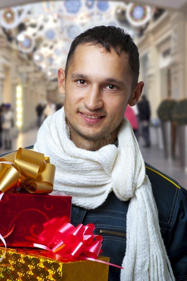 bożych narodzeń prezentów przystojni mężczyzna potomstwa fotografia stock