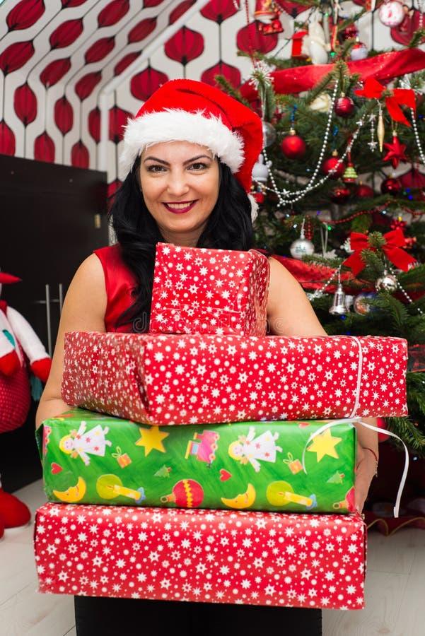 bożych narodzeń prezentów szczęśliwa kobieta zdjęcia stock