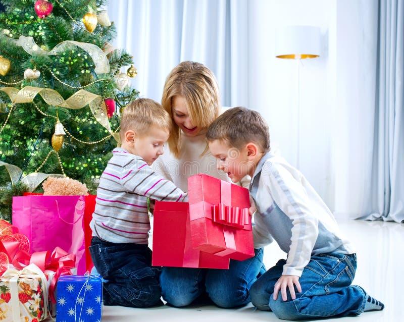 bożych narodzeń prezentów szczęśliwi dzieciaki zdjęcia stock