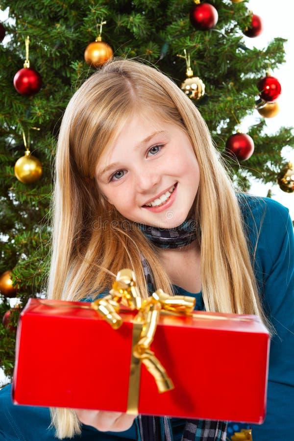 bożych narodzeń prezenta dziewczyny mienia ja target2242_0_ zdjęcie royalty free
