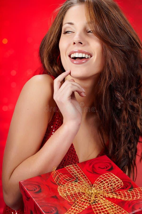 bożych narodzeń prezenta dziewczyny mienia kocowanie seksowny fotografia royalty free