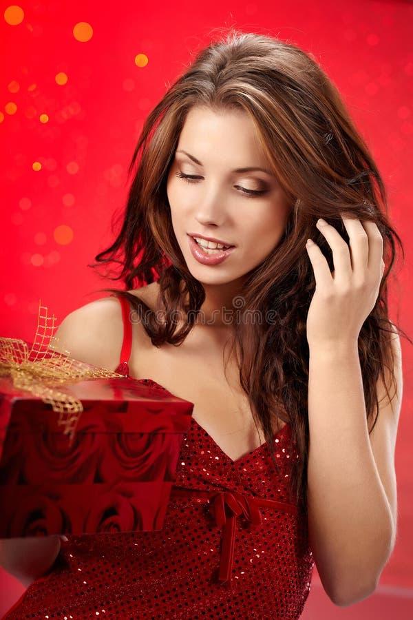 bożych narodzeń prezenta dziewczyny mienia kocowanie seksowny obrazy royalty free