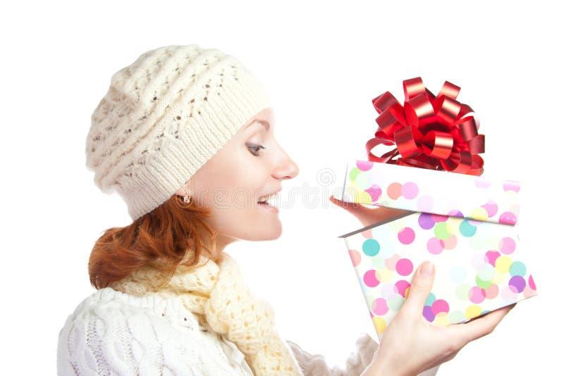 bożych narodzeń prezenta szczęśliwego otwarcia uśmiechnięta kobieta obraz stock