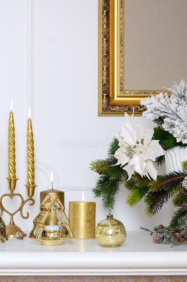 bożych narodzeń składu nowy rok Gęste świeczki, candlestick, garnek kwiaty i obramiająca kanwa która wiesza na ścianie, obraz stock