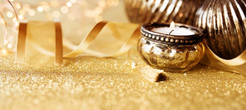 Bożych Narodzeń wciąż życie na złocistym iskrzastym tle obrazy royalty free