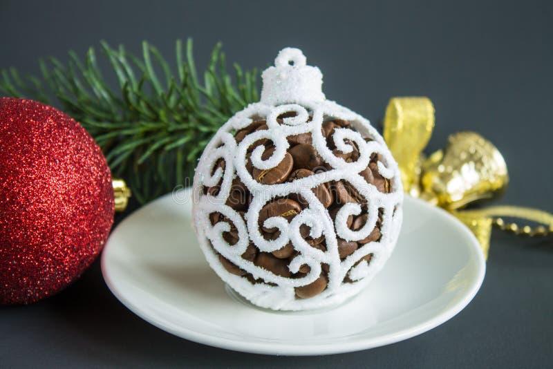Bożych Narodzeń wciąż życie z białymi bożymi narodzeniami balowymi i kawowymi fasolami fotografia stock
