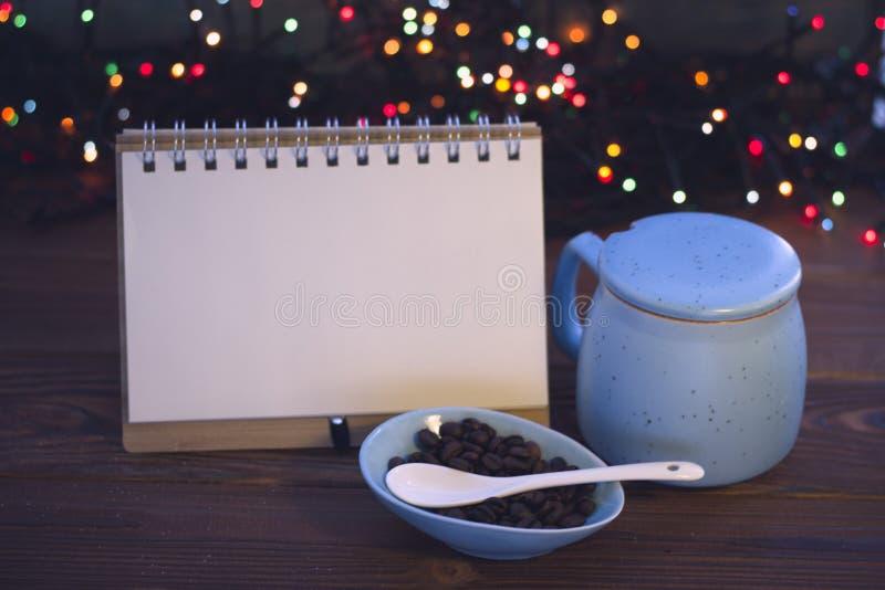 Bożych Narodzeń wciąż życie z kawą, cukierniczką i notatnikiem, zdjęcie royalty free
