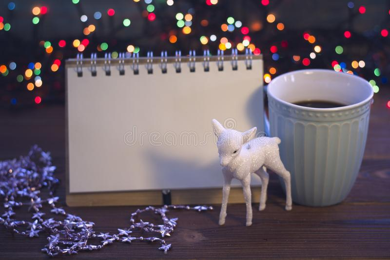 Bożych Narodzeń wciąż życie z kawą, zabawką i notatnikiem, zdjęcia stock