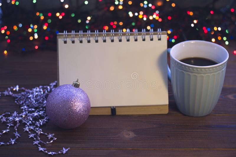 Bożych Narodzeń wciąż życie z kawą, zabawką i notatnikiem, obraz stock