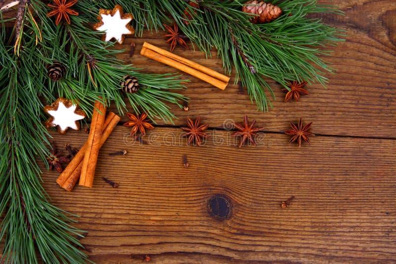 Bożych Narodzeń wciąż życie z tradycyjnymi piernikowymi ciastkami na drewnie obraz royalty free