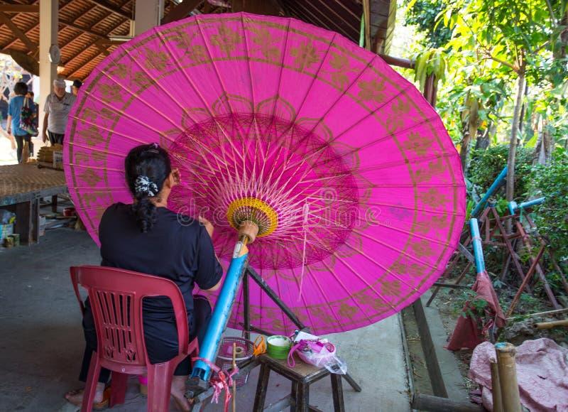 A BO cantou a vila, guarda-chuvas feitos a mão e os parasóis, mulher não identificada no trabalho no guarda-chuva que faz a proib fotografia de stock royalty free