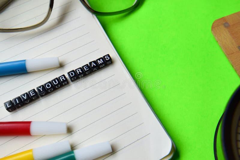 Bo ditt drömmeddelande på utbildnings- och motivationbegrepp arkivfoto