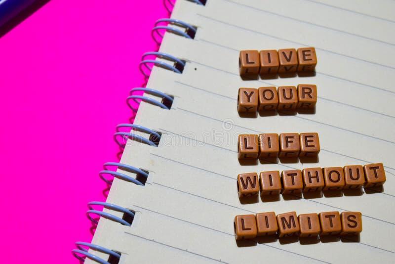 Bo ditt liv utan gränsmeddelandet som är skriftligt på träkvarter Motivationbegrepp Kors bearbetad bild arkivfoton