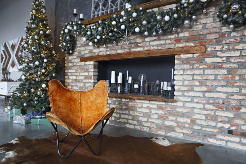 Bo?e Narodzenia dekorowali grab? i drzewa w pokoju zdjęcia royalty free