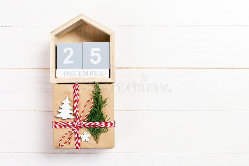 Bo?e Narodzenia porz?dkuj? 1 Grudzie? Bo?enarodzeniowy prezent, jod?a rozga??zia si? na drewnianym bia?ym tle Odbitkowa przestrze zdjęcia stock