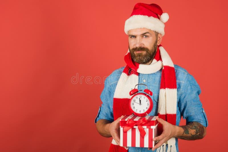 Bo?e Narodzenie m??czyzna chwyta budzik i prezenta pude?ko zdjęcia stock
