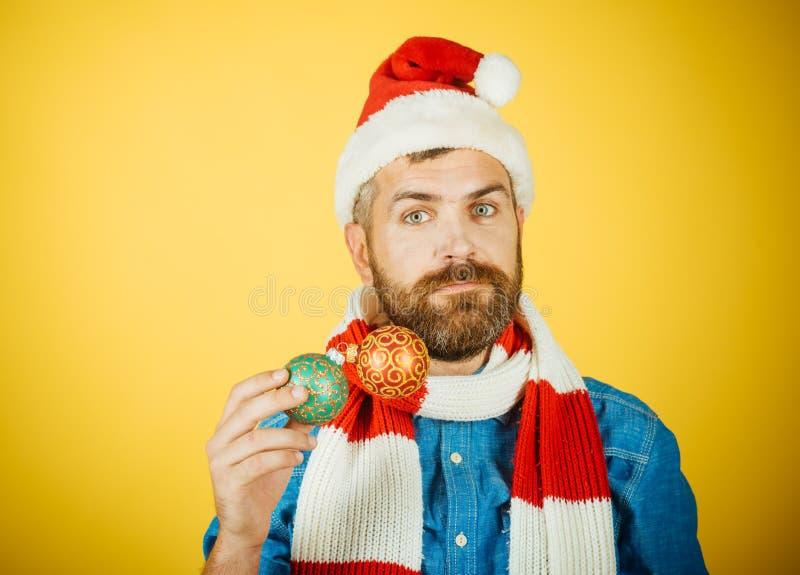 Bo?e Narodzenie m??czyzna chwyta xmas pi?ki na ? zdjęcia royalty free