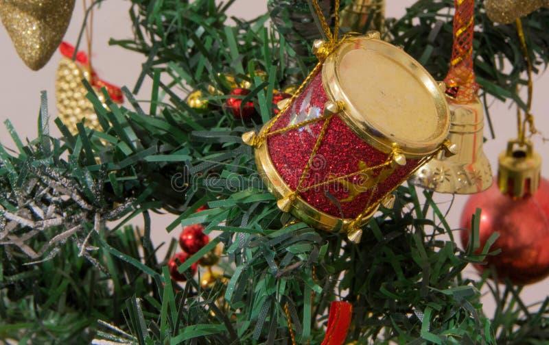 Download Bożenarodzeniowe Dekoracje Na Jedlinowym Drzewie Z Zdjęcie Stock - Obraz złożonej z sosna, gałąź: 106922712