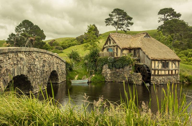 Bo med naturen - gammalmodigt lantgårdhus royaltyfri fotografi