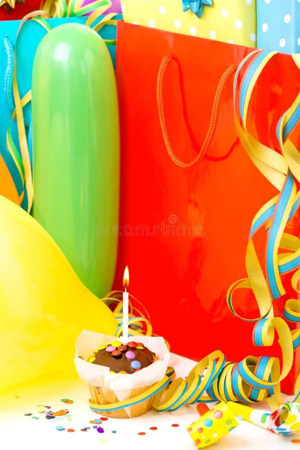Bo?te-cadeau color?s d'anniversaire d'isolement sur le fond blanc Concept d'anniversaire, de No?l et de partie images stock