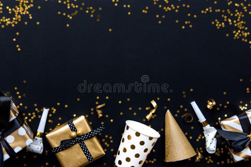 Bo?te-cadeau dans les papiers d'emballage de divers mod?le d'or et des accessoires de partie au-dessus des paillettes d'or en for photos libres de droits