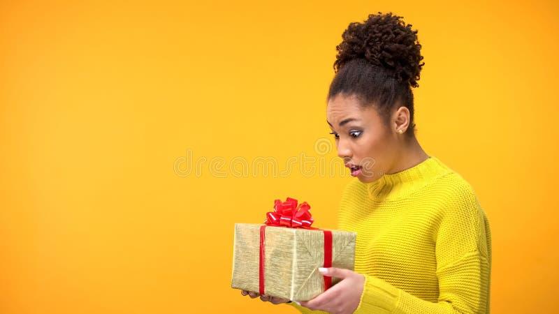 Bo?te-cadeau ?tonn? d'anniversaire de participation de femme de couleur, pr?sent inattendu, fond photo stock